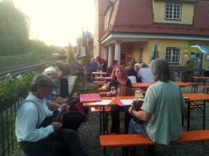 Live-Musik im sommerlichen Biergarten des Kulturbahnhofs